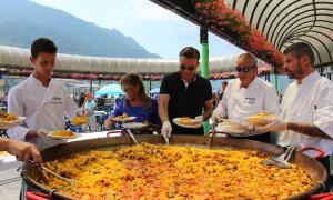 Marc Pons, cònsol menor d'Andorra la Vella, i Mònica Codina, consellera de Promoció Turística i Comercial, servint a l'arrossada popular.
