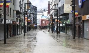 L'avinguda Meritxell buida i amb la majoria de comerços tancats.