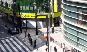 Cua de gent per entrar a l'oficina central de Crèdit Andorrà.