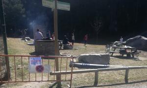 Persones fet una barbacoa a la zona de la Font de la Closa aquest migdia.