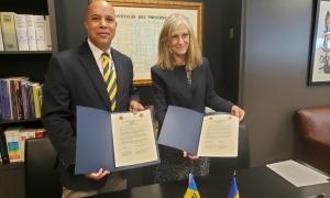 François Jackman i Elisenda Vives després de la signatura a Nova York.