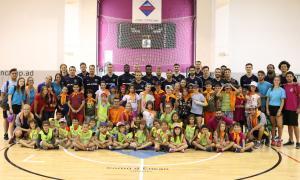 Els infants d'Encamp amb els jugadors del FC Barcelona Lassa.