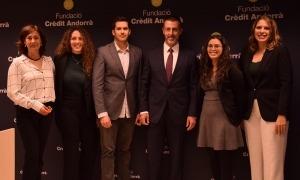 Els quatre becaris de les convocatòries 2018 i 2019 amb la directora de la Fundació Crèdit Andorrà, Francesca Ros i el president de Crèdit Andorrà, Antoni Pintat.