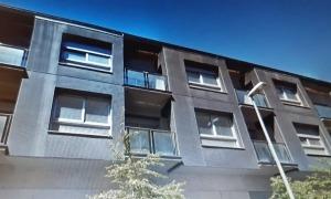 Edifici del carrer Monturull, cantonada amb el carrer de les Aigües.