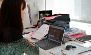 Mònica Bonell seguint la Sessió d'hivern de l'APCE que es fa en doble format presencial i virtual.