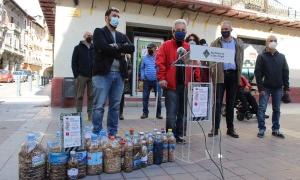 Durant la presentació de la campanya, amb part de les ampolles plenes de burilles