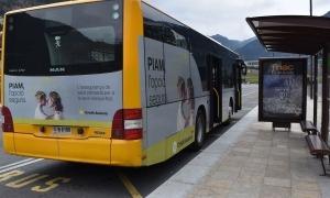 Un autobús estacional a la parada del davant de l'Estació Nacional.