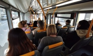 Interior d'un vehicle sense aparents problemes d'aglomeracions, però amb els viatgers a menys d'un metre i mig de distància.