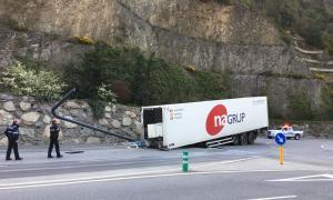 ANA/ El trailer accidentat a la sortida de la rotonda de la depuradora de Sant Julià de Lòria.