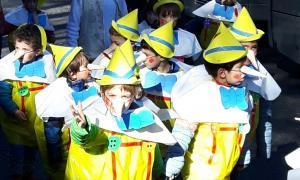 Els escolars del país surten al carrer per celebrar el Carnaval una setmana abans Les escoles del país s'han avançat una setmana en el calendari, i aquest divendres han celebrat el Carnaval amb les tradicionals rues que omplen de festa i colorit els carrers de totes les parròquies. Per motius de calendari, la festa s'ha avançat una setmana, i des d'aquest divendres fins al dia 28 els escolars celebren una setmana de vacances. D'animals, de superherois, de princeses o de personatges de contes. Els nens,...