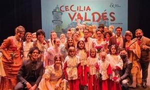 Cors, solistes i equip artístic de la sarsuela posen al final de la funció de diumenge al Claror.