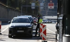Controls de la policia espanyola a la frontera del riu Runer.