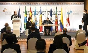 Un moment de la signatura del conveni.