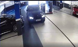 Moment en què el vehicle entra a l'aparcament i trenca la barrera d'entrada a l'aparcament.