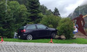 Així ha quedat el vehicle encastat a la rotonda de Valira Nova d'Encamp.