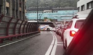 Cues de cotxes a la sortida del túnel del Pont Pla.