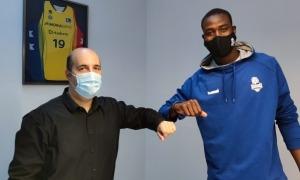 Moussa Diagne i Gorka Aixàs, en el moment de signar la renovació. Foto: Twitter BC MoraBanc