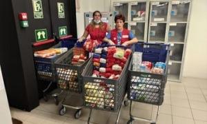 Dos voluntaris animaven els clients a fer aportacions a cada supermercat.