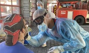 Un membre del cos de bombers realitzant una prova TMA.