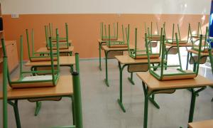 Uns pupitres d'una classe.