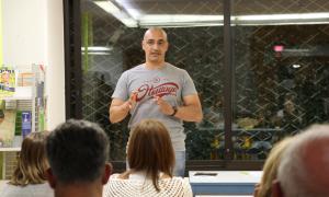 L'escriptor i psicòleg Omar El Bachiri en la presentació d'aquest dimecres del seu llibre 'Drogas y adicciones'.