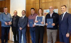 La ministra de Medi Ambient, Agricultura i Sostenibilitat en funcions, Sílvia Calvó, amb els representants de l'Associació d'Empreses d'Electricitat, Lampisteria i Climatització i el Col·legi Oficial d'Enginyers.