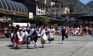 Actuació de l'Esbart dansaire d'Andorra la Vella a la plaça del Poble