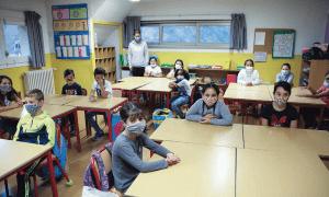 Alumnes amb mascareta a l'inici del curs escolar passat.