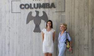 La ministra de Cultura i Esports, Sílvia Riva, i l'ambaixadora de bona voluntat de la Unesco, Hedva Ser, davant l'Espai Columba.