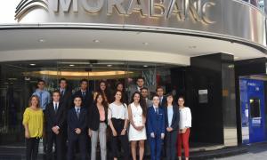 Els primers estudiants que s'han incorporat avui a l'equip de MoraBanc.