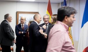 El delegat del Copríncep francès, Pascal Escande, conversa amb la ministra Riva en els prolegòments de la primera reunió del comitè de pilotatge.