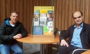 El director de l'Idapa, Pere Porta, i el president de Llibre del Pirineu, Isidre Domenjó, amb el nou expositor.