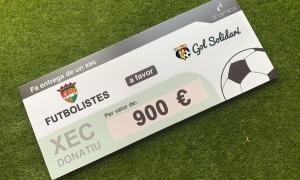 Imatge del xec de 900 euros dels jugadors del primer equip de l'FC Andorra.