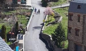 Una família passejava aquest matí per un carrer de Canillo.