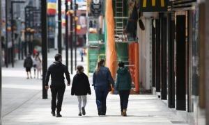 Una família surt a passejar aquest primer dia de sortides permeses.