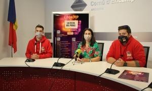 La cònsol major, Laura Mas, juntament els representants de la comissió de festes d'Encamp, Nelson Damas i Joel Afonso.
