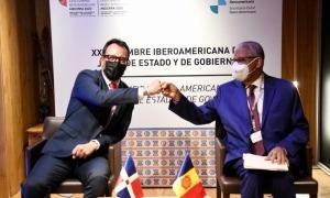 El ministre d'Afers Socials, Habitatge i Joventut, Víctor Filloy, amb Ruben Silié