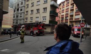 Efectius dels bombers durant la intervenció pel foc en un pis de Sant Julià de Lòria