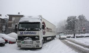 Un camió aturat per la neu a l'encreuament de les carreteres N-260 i N-145 a la Seu d'Urgell.
