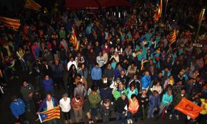 Més de 200 persones tallen durant mitja hora la frontera de Puigcerdà per protestar contra la sentència de l'1-O