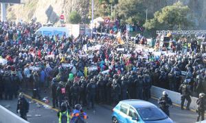 Els manifestants de la Jonquera encapsulats pels mossos i els agents de la gendarmeria.
