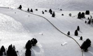 Esquiadors baixant per una de les pistes d'entrenament de la Molina, el 7 de febrer.