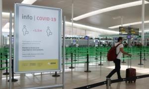 Un passatger a l'aeroport del Prat.