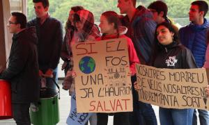 Els joves del moviments Fridays for Future es reivindiquen davant del Consell General.