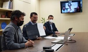 Gallardo amb el secretari d'Estat de Diversificació Econòmica i Innovació, Marc Galabert, i el director d'Actua, Marc Pons, durant la signatura del conveni.