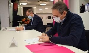El director general d'Andorra Telecom, Jordi Nadal, i el director de Bomosa, Manel Garcia, durant la signatura del conveni.