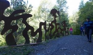 L'escultura 'L'home talp que camina', de Guy de Rougemont.