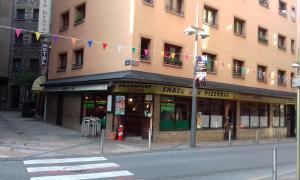 El restaurant es troba al carrer la Llacuna, cantonada amb mossèn Enric Marfany.