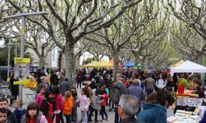 El passeig Joan Brudieu amb les parades de la Diada de Sant Jordi.