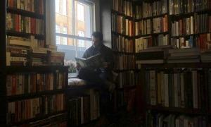 L'escaldenc va estudiar edició a la universitat de Londres i s'ha foguejat a Edicions del Periscopi i Vicens Vives Leobook.